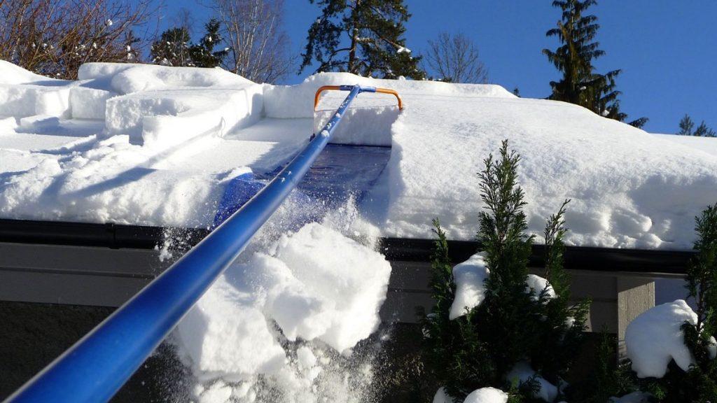 sniego valymas nuo terasos stogo Gardenis