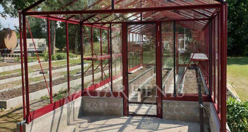 Gardenis stiklinis siltnamis su prieangiu ant pamato