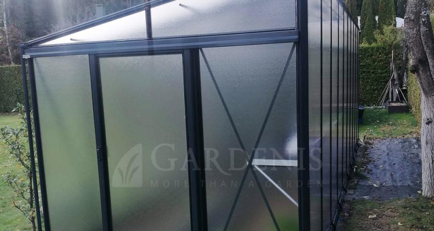 Vienslaitis-priesienis-siltnamis-MURUS-polikarbonato-aliuminio-su-pertvara-grudetas-stiklas-Gardenis-2