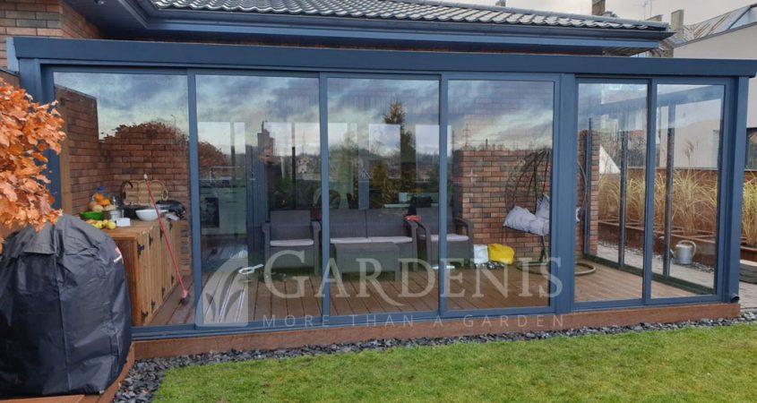 Veranda-stikline-prie-namo-terasoje-Gardenis