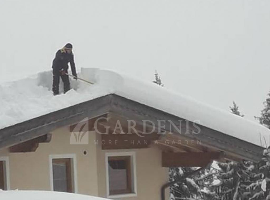 Sniego-valymas-ziema-nuo-stogo