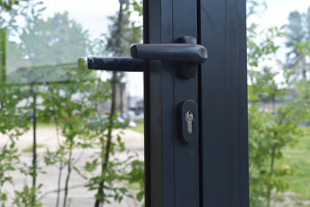 Verandos durys vartomos su rankena Gardenis