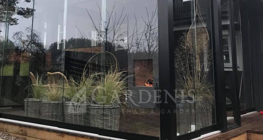 Stikline-bereme-veranda-terasa-juoda.-Gardenis