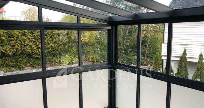 VERANDA-balkone-lamintuotas-grudintas-stiklas-aliuminio-konstrukcija-GARDENIS